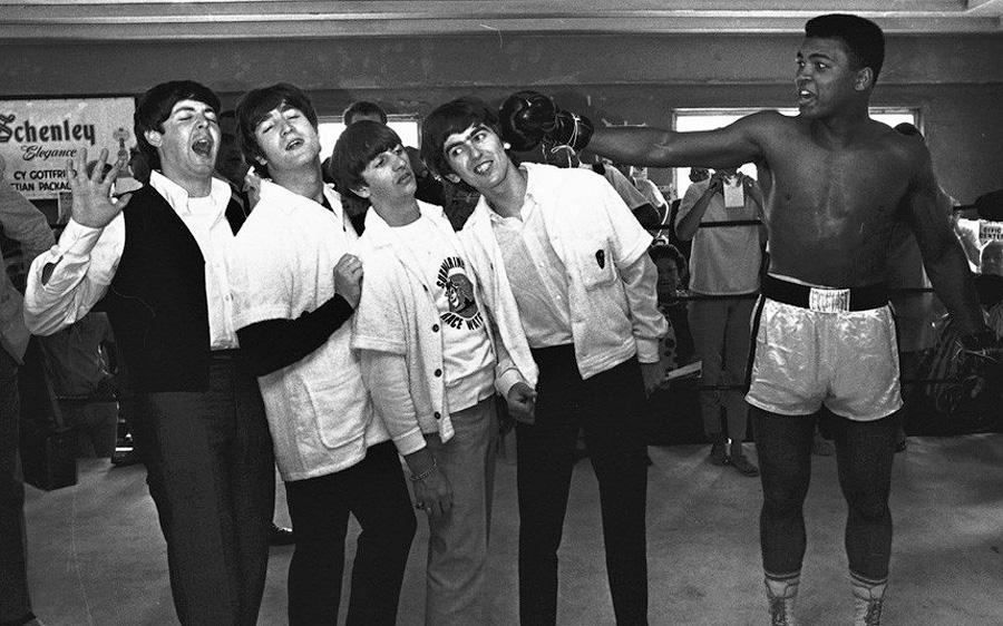 Пол Маккартни, Джон Леннон, Ринго Старр и Джордж Харрисон дурачатся с Кассиусом Клеем, который позже