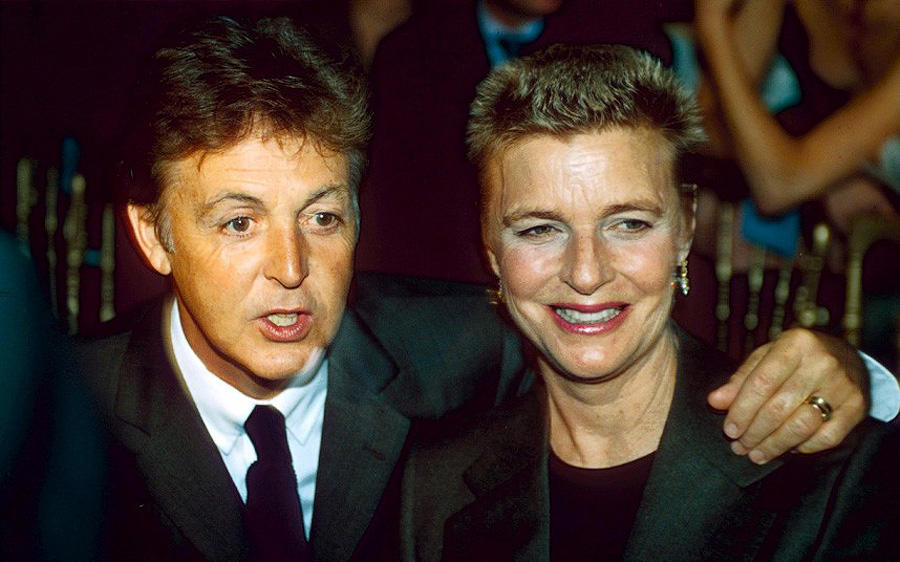 Пол и Линда Маккартни на показе мод в Париже, 1997 год. Вместе они провели 30 лет. Линда умерла от о