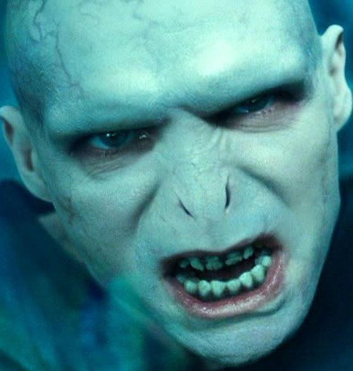 Его знаменитый жуткий нос — это спецэффекты. Создатели фильмов долго не могли решить, оставить его с
