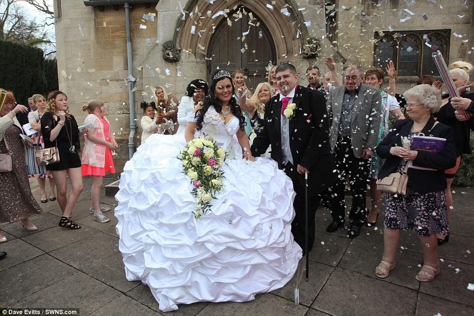 Свадебное платье весило 63 килограмма, юбку держали восемь алюминиевых колец, а корсет украшали огро