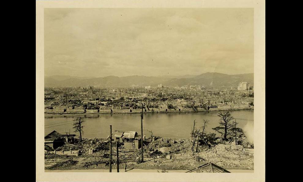9. Вид разрушенной Хиросимы осенью 1945-го на одном рукаве реки, проходящей через дельту, на которой