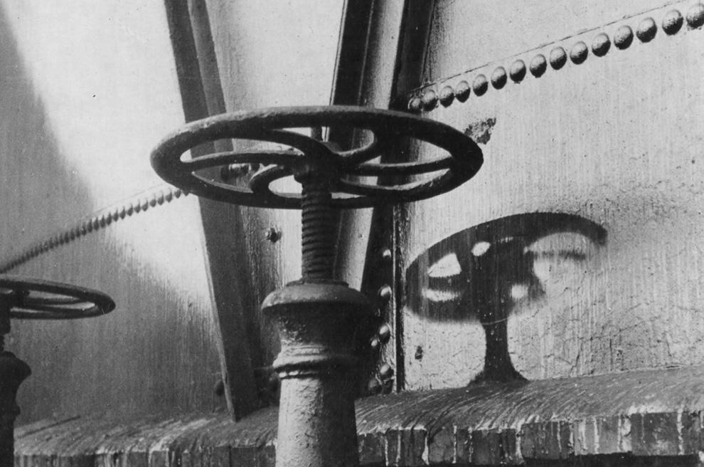 22. «Тень» ручки клапана на окрашенной стене резервуара с газом после трагических событий в Хиросиме