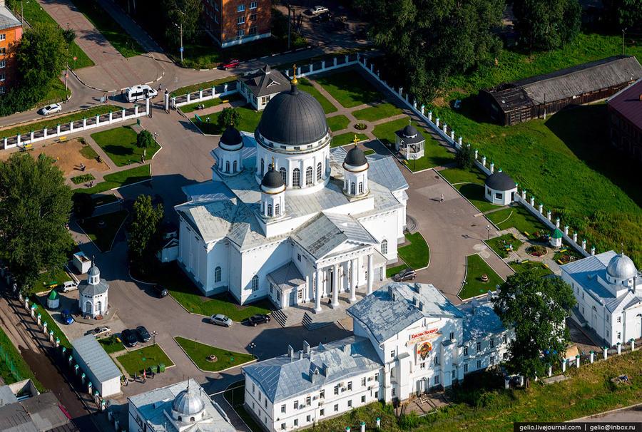 32. Староярмарочный собор. Построен в 1822 году по проекту А.А.Бетанкура. Фасады разрабатывал Огюст