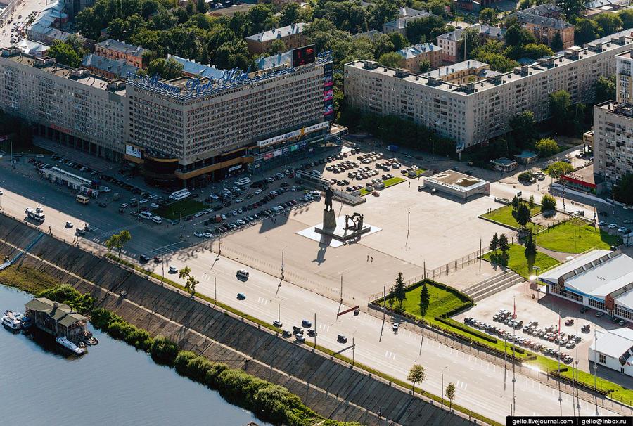 33. Гостиница «Маринс Парк Отель». Площадь Ленина.