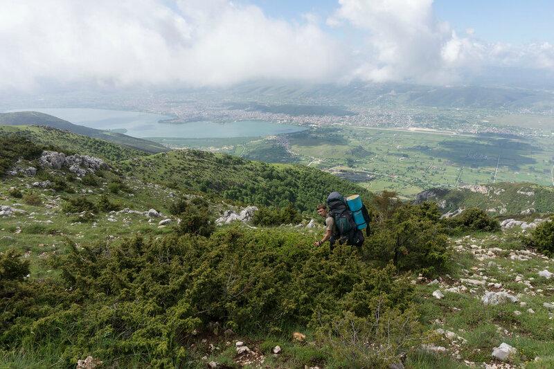 турист с рюкзаком на пешеходном маршруте O3 на горе Митсикели (Mitsikeli), Загория, Греция