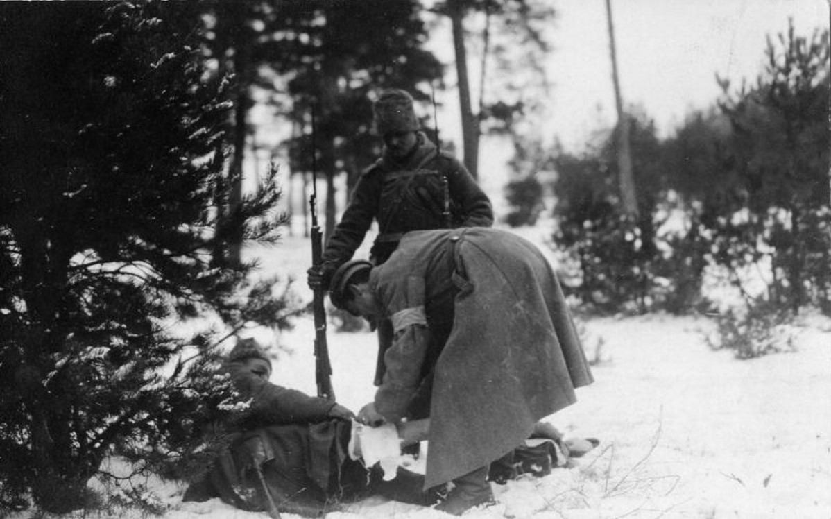 1915. Раненый