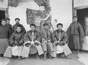 Местные чиновники во главе с даотаем и Маннергеймом