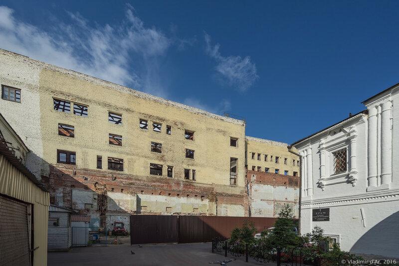 Швейная фабрика «Красная швея» на Никольской улице в корпусе бывшей Шереметевской гостиницы