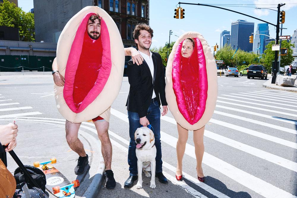 Пара в костюмах вагины собирает средства на благотворительность в Нью-Йорке