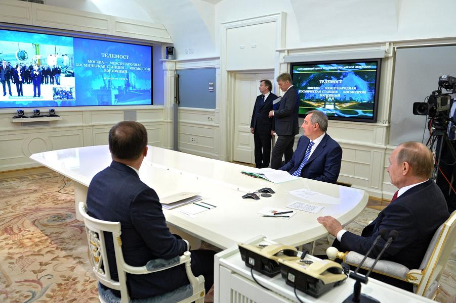 Телемост Путина с МКС и космодромом Восточный 12.04.16.png