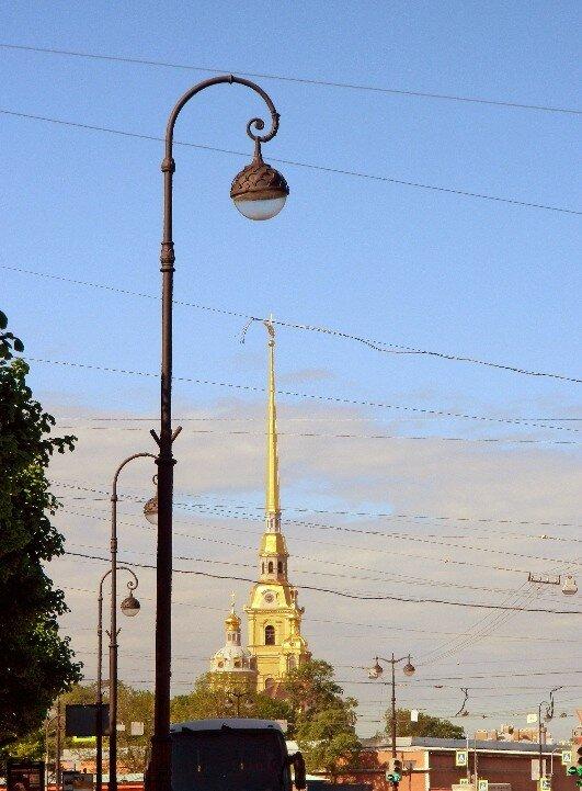 Фонарь на фоне Петропавловского собора
