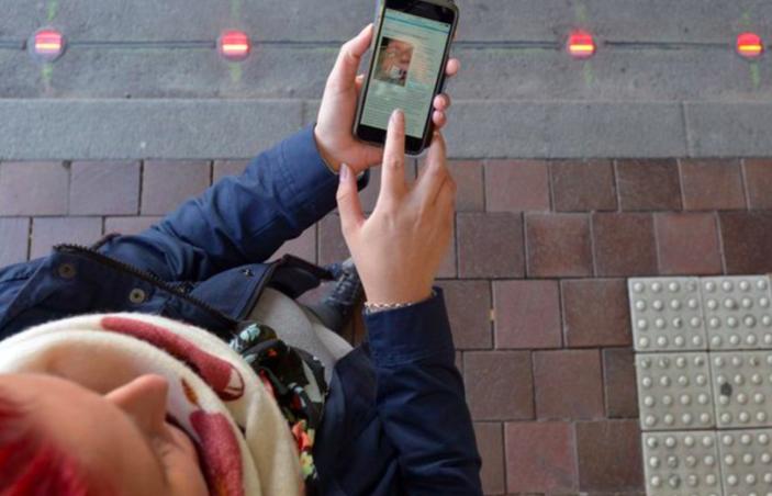 Многие находят в смартфонах столько интересного, что не могут отлипнуть от экрана даже на ходу. За п