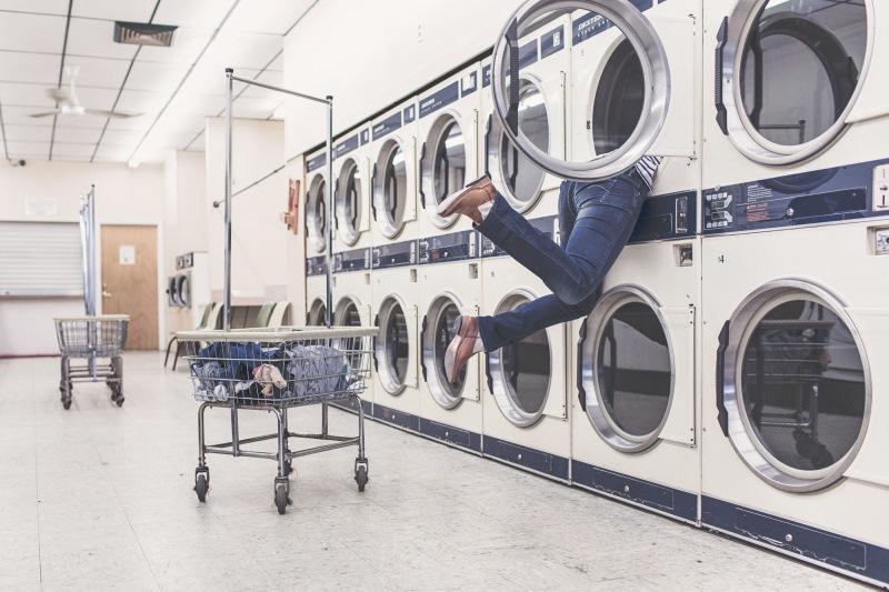 Интересно, смогли бы прижиться прачечные самообслуживания у нас, или нам привычнее стирать дома, вед