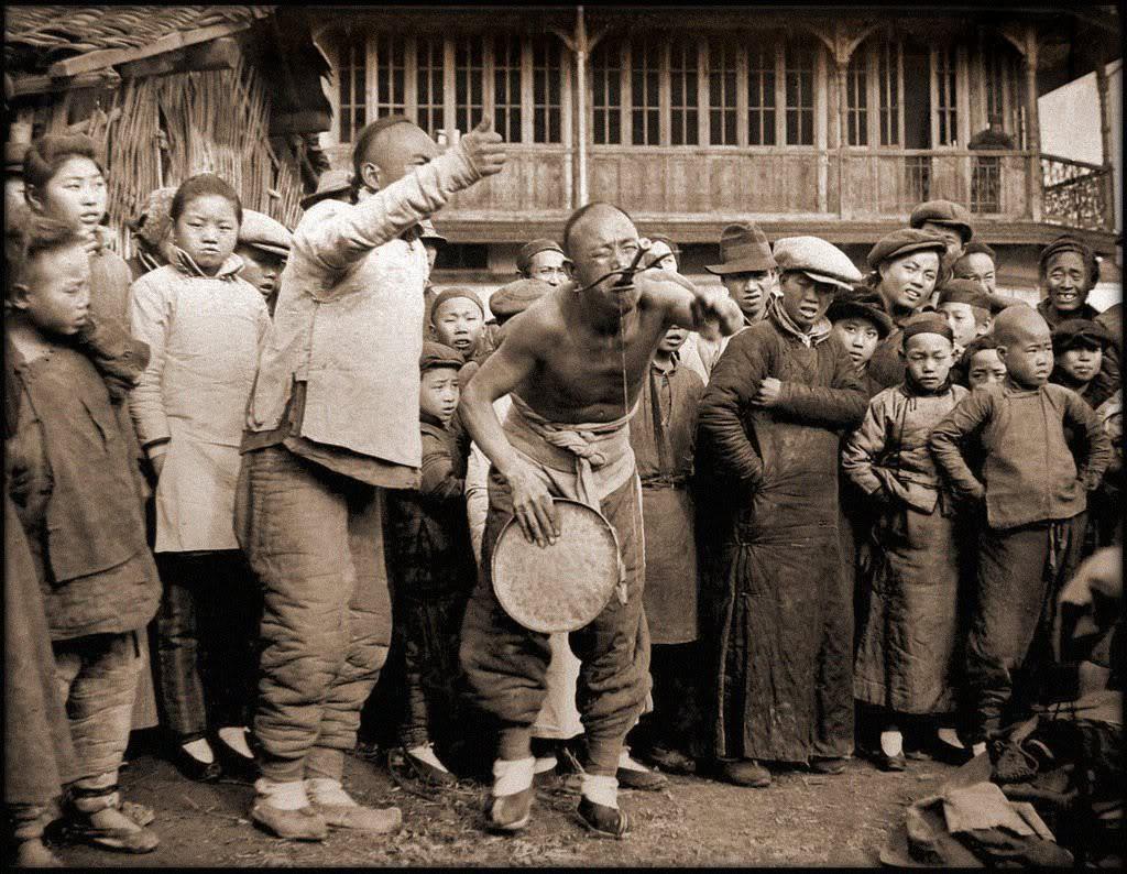 Носильщики тюков с чаем из племени Ладен. Провинция Сычуань. 1908 год. Вес одного тюка 300 фунт