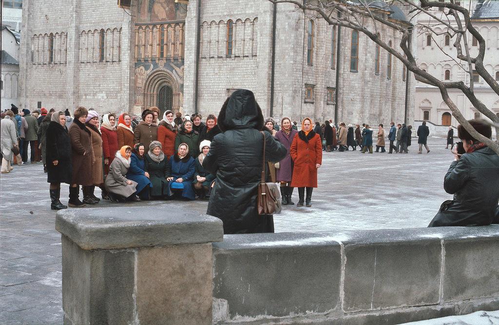 На экскурсии в Кремле, женщины одеты в однотипные пальто.