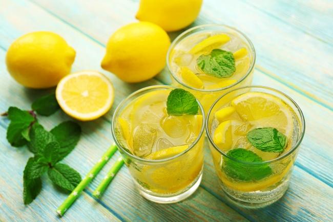 Ингредиенты: 5лимонов сахар повкусу 1л газированной воды мята лед Приготовление: Выжимаем лимонны