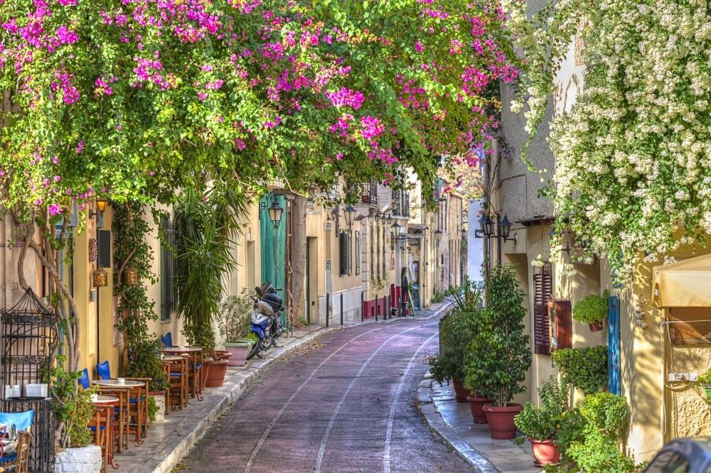По этим узким улочкам под сенью пахучих деревьев и цветов, в тени разноцветных домов можно бродить б
