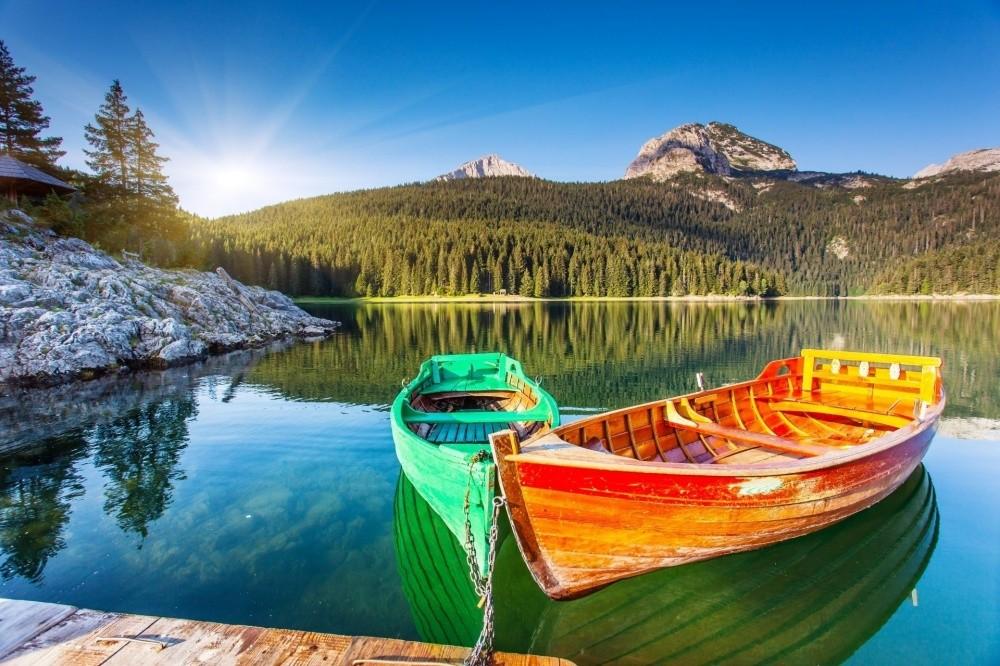 Солнечное утро отражается в водах Черного озера. © Leonid Tit