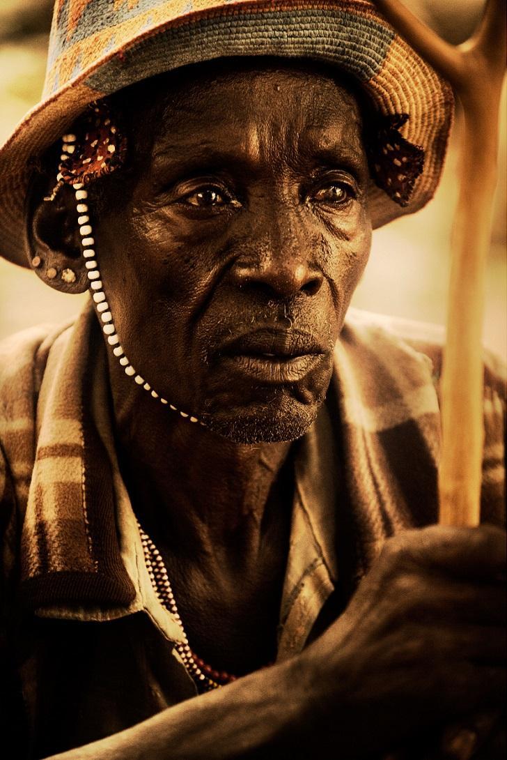 2. Старик с традиционным украшением.