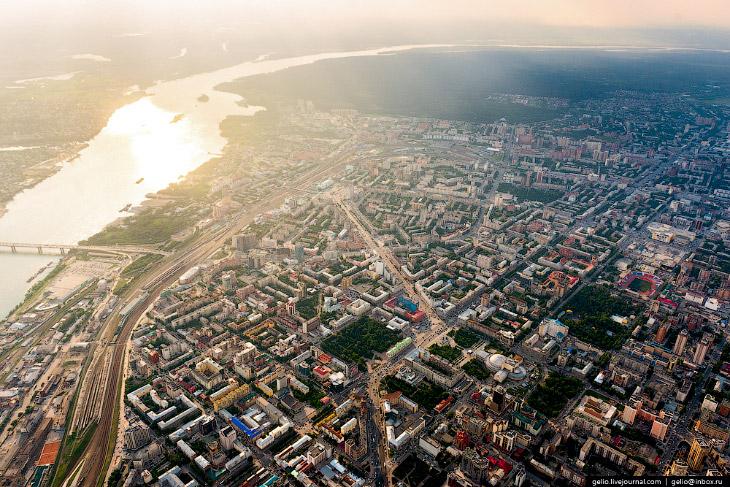 2. Новосибирск стоит на двух берегах реки Обь. Центральная часть города расположена на правом берегу