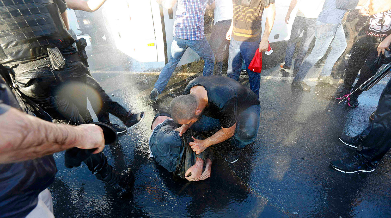 Жители Стамбула делают селфи с полицейским на мосту через Босфор после усмирения путча