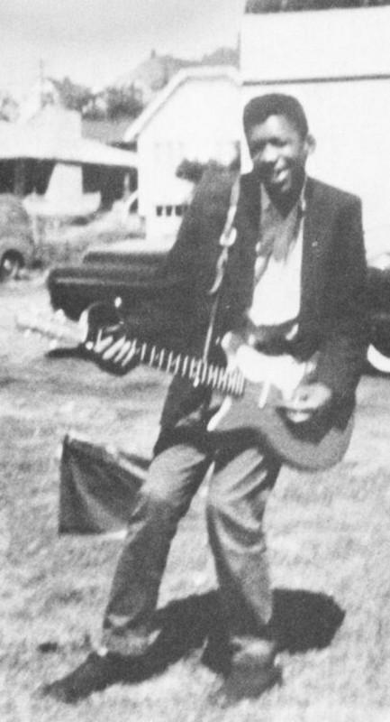 Джими Хендрикс со своей первой электрогитарой, Сиэтл, 1957 год.