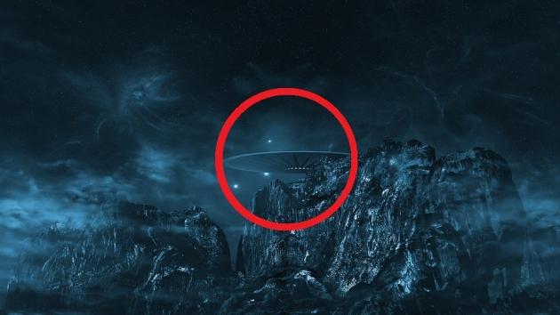 Немалый черный НЛО был замечен над поверхностью Луны
