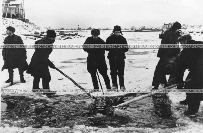 Вырубание канала во льду для прохода судов по Ладожскому озеру. 4 декабря 1941 г.