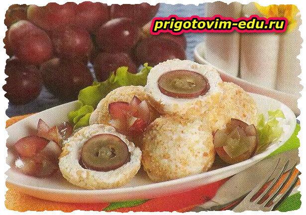 Творожно-сырные шарики с виноградом и орехами