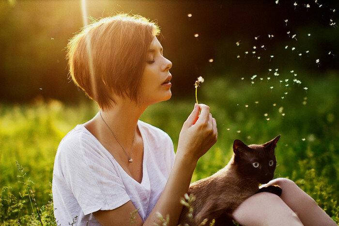 Отдых на лужайке с любимым котом. Автор фотографии: NOH8RS.