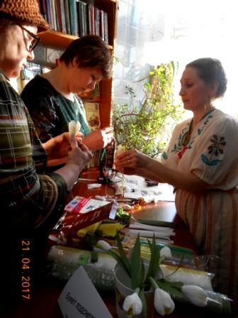 Букет подснежников - как сделать цветы из бумаги с конфетами внутри показывает О.Н. Луппова.JPG