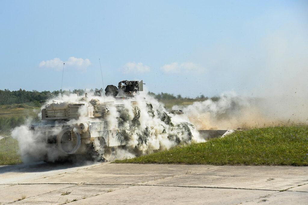 Танкисты из состава 2-го батальона 7-го пехотного полка, входящего в состав 1-й бронетанковой бригадной боевой группы 3-й пехотной дивизии на стрельбах из штатного вооружения танком М1 Абрамс, состоящих на вооружении батальона; учебный центр 7-й американской армии; Графенвёр; Бавария; август 2016-го года