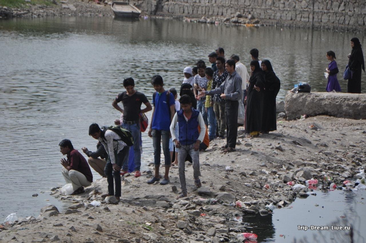 Местные жители за осмотром озера