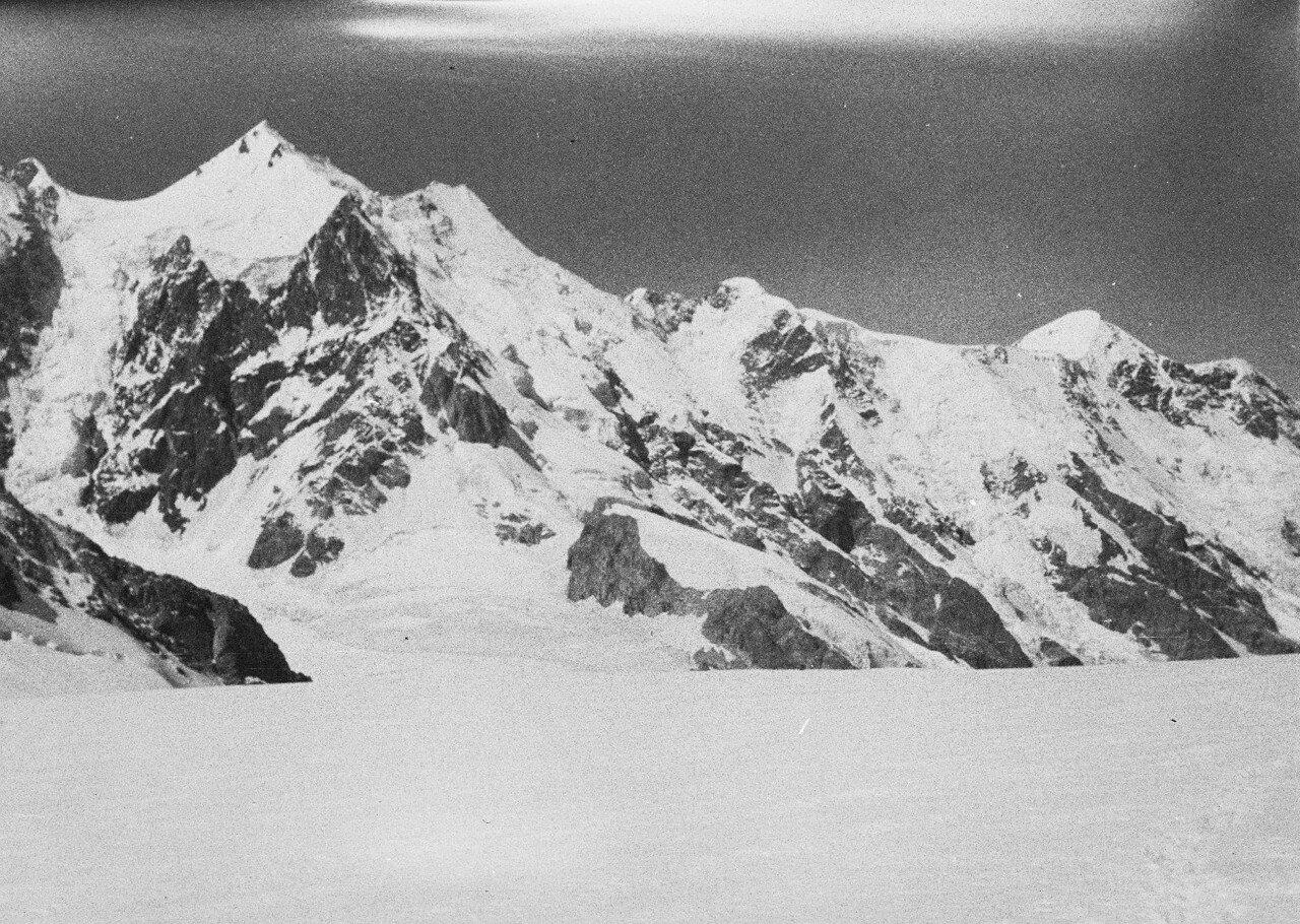 28 августа. Группа II. Экспедиция по поиску пропавшего Эдди Тусила. Восточный рукав глетчера Безенги. Вид на запад к Джанги-Тау (5038 м), Катын-тау (5051 м) и Гестолу (4860 м)