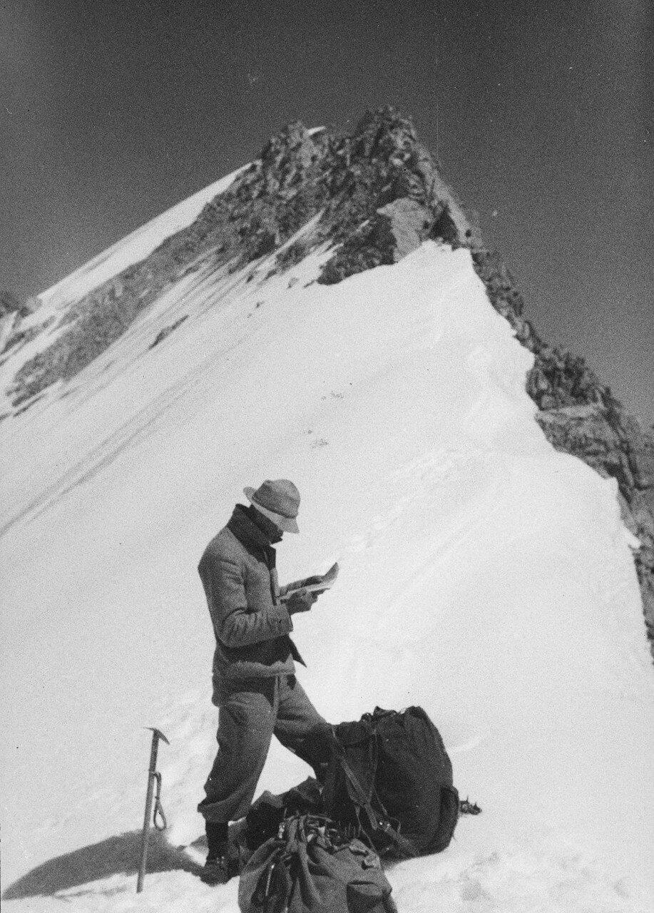 29-30 августа. Группа II. Экспедиция по поиску пропавшего Эдди Тусила. Фриц Гроссман ориентируется по карте