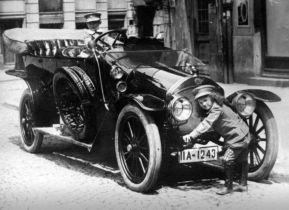 Самые первые автомобили в истории крупнейших брендов (21 фото)