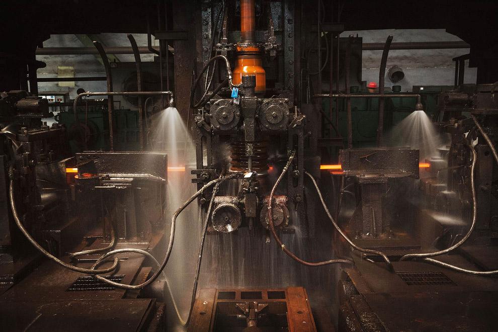 5. Это не щебень, так выглядит руда, которая скоро превратится в сталь. (Фото Kevin Frayer):