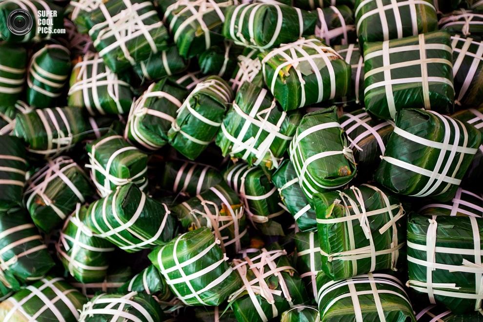 Готовые к варке баньтьынги, завернутые в листья ла-зонг— традиционныевьетнамские пироги, котор