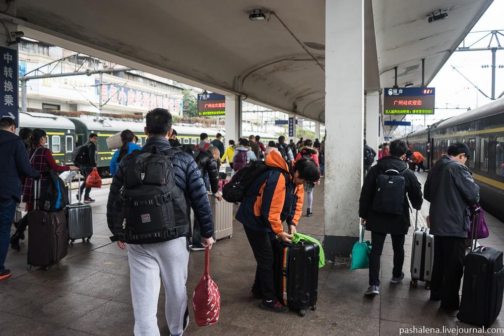 И вот, наконец, спустя 21 час и 21 минуту сидячего ада мы на перроне вокзала Гуанчжоу.