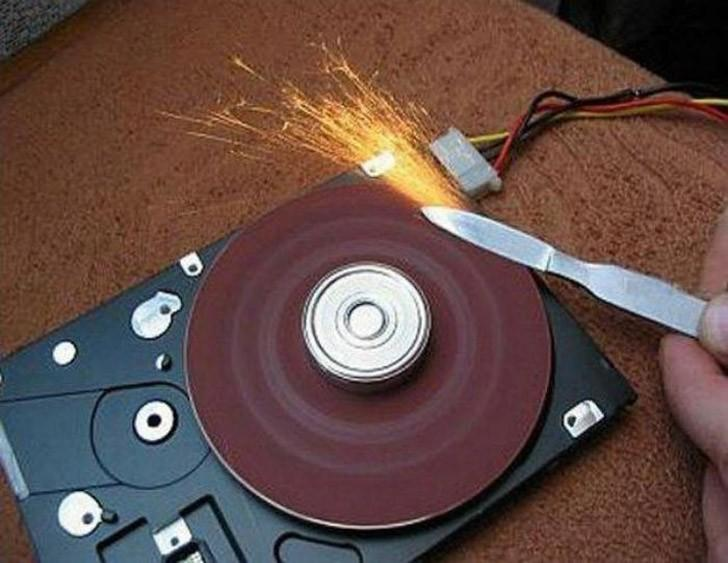 14. А вот из жесткого диска получается очень полезная в хозяйстве точилка для ножей.