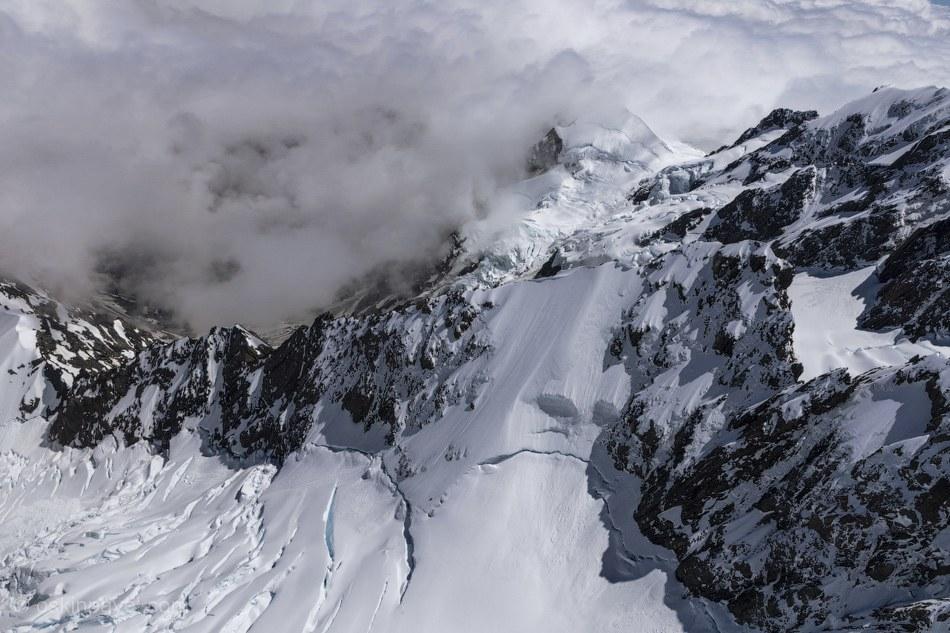 Гора названа в честь Джеймса Кука, на языке маори название означает «большое белое облако».