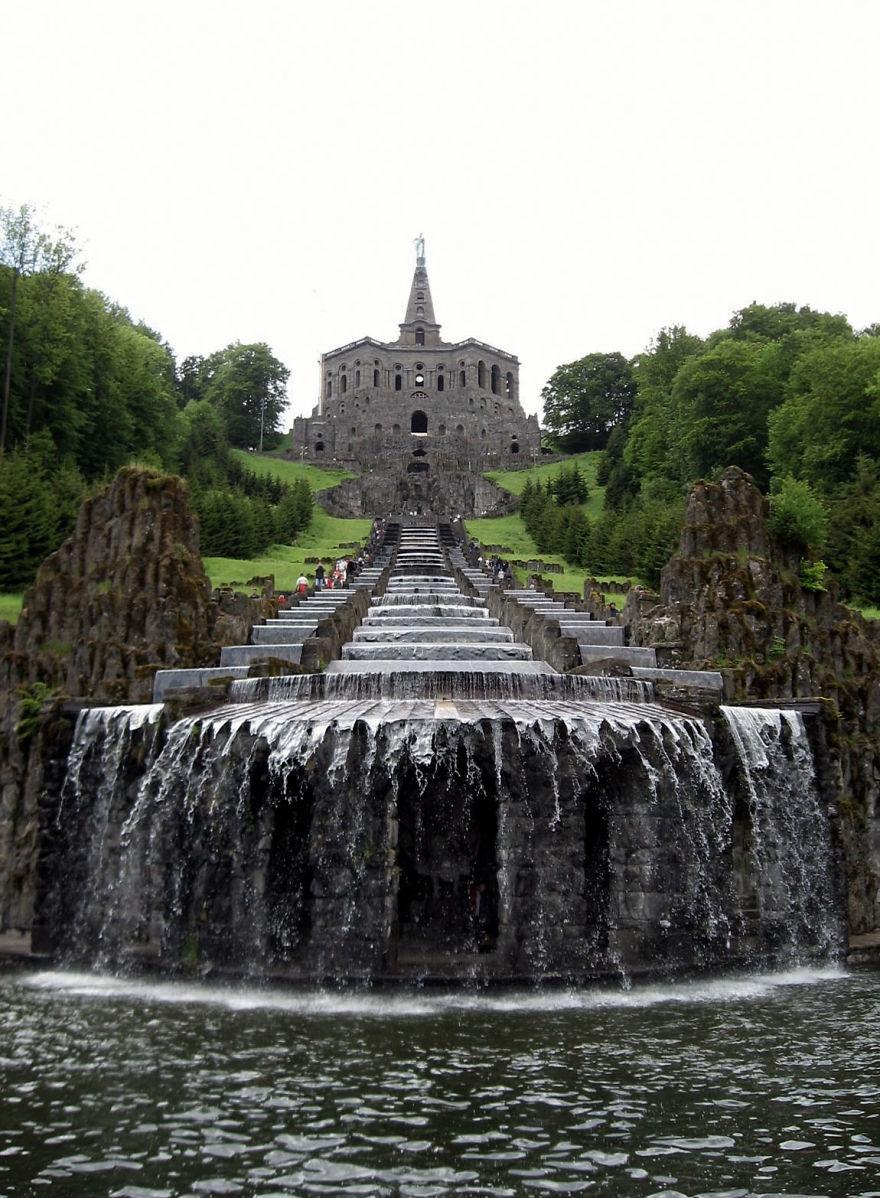 Гигантская лестница воды начинается у статуи Геркулеса в немецком городе Кассель и заканчивается у б