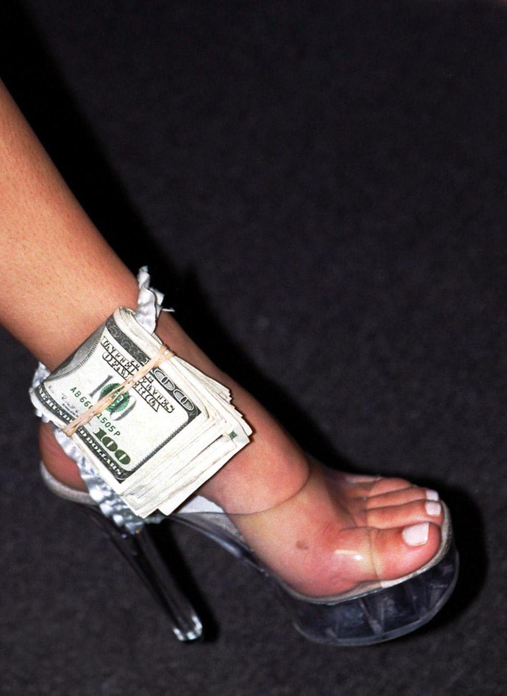 — Почему вы решили снимать этих стриптизеров? — Я увидела женщину в нелепых туфлях для стриптиза, ст