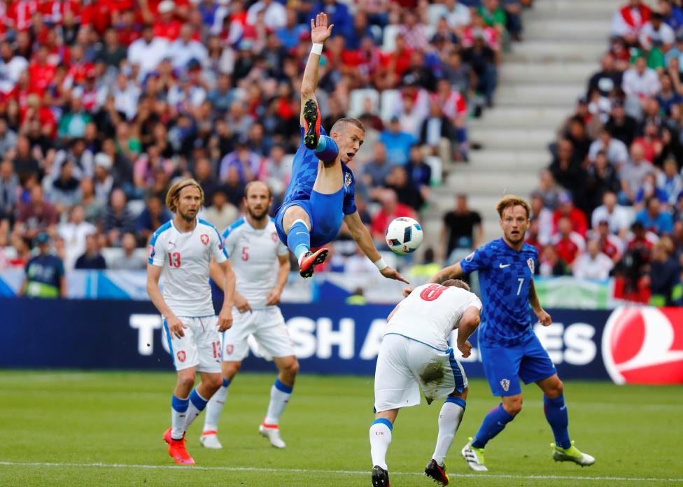 Игрок немецкой сборной Томас Мюллер и польский футболист Гжегож Крыховяк.
