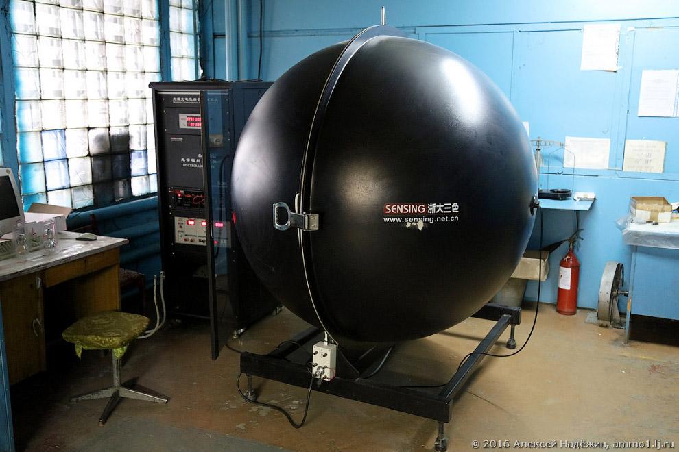 24. Интегрирующая сфера, в центр которой помещается лампа, позволяет точно измерить световой по