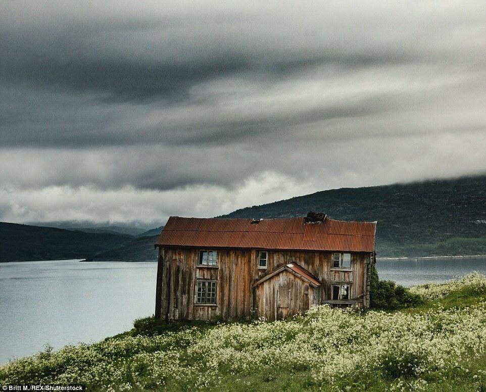 Этот простой деревянный дом с жестяной крышей расположен на фоне идиллических пейзажей фьорда в Тром