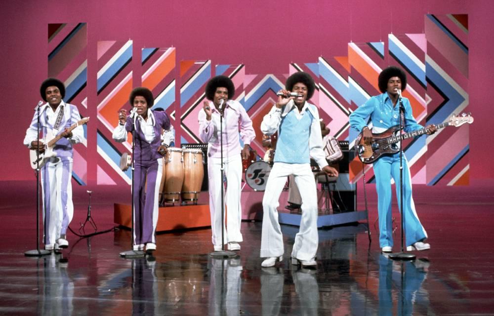 Jackson Five выступают на телевизионном шоу Боба Хопа. Майкл продолжал выступать с братьями, но его