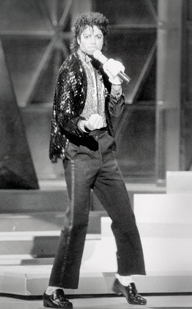 Майкл Джексон впервые показывает свою знаменитую «лунную походку» во время исполнения песни Billie J