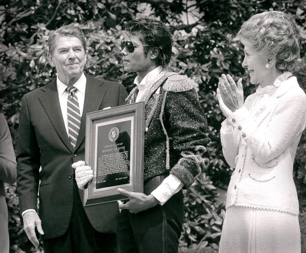 Май 1984 года. Майкл Джексон принимает награду от президента США Рейгана в Белом доме. Джексона чест