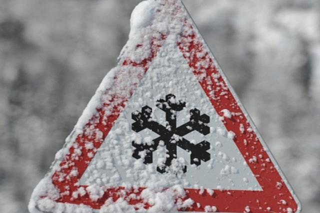 ВМурманске из-за сильного снега закрыли аэропорт